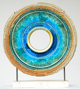 Creatio continua #45, 2015, ceramic with crystal glaze and gold leaf (50 x 50 cm). © Kuno Vollet